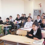 шаарында жаңы ачылган №52 мектептин окуучулары. Мектептин пайдаланууга берилгенине үч ай болду.