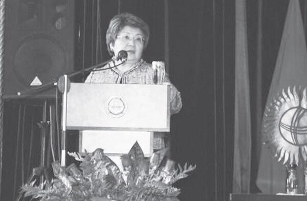 """Роза Отунбаева: """"Кыргызстандагы революциялар илимий жактан изилденүүгө тийиш"""""""