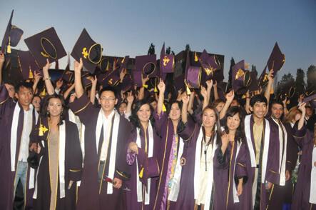 «Манас» университети кезектеги бүтүрүүчүлөрүн уядан учурду